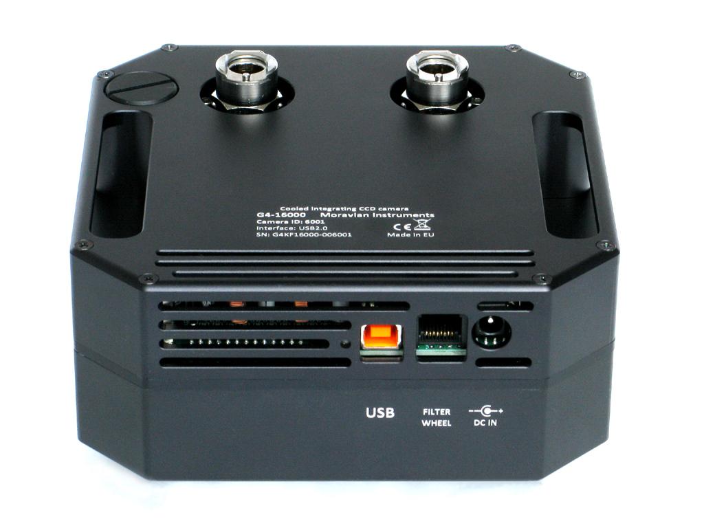Napájecí a USB konektor na spodní části hlavy kamery. Uprostřed konektor pro externí filtrové kolo.